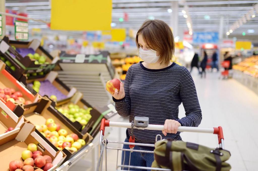 Женщина в маске в магазине