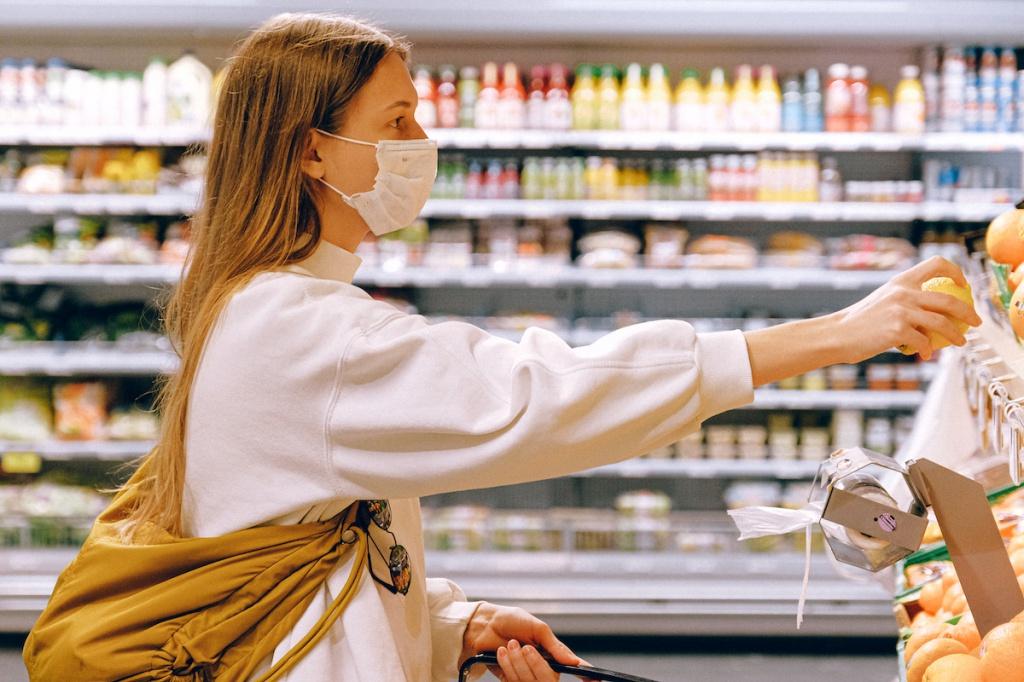 Женщина в маске в супермаркете
