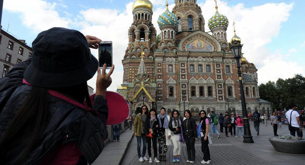 Туристы в Санкт-Петербурге.jpg