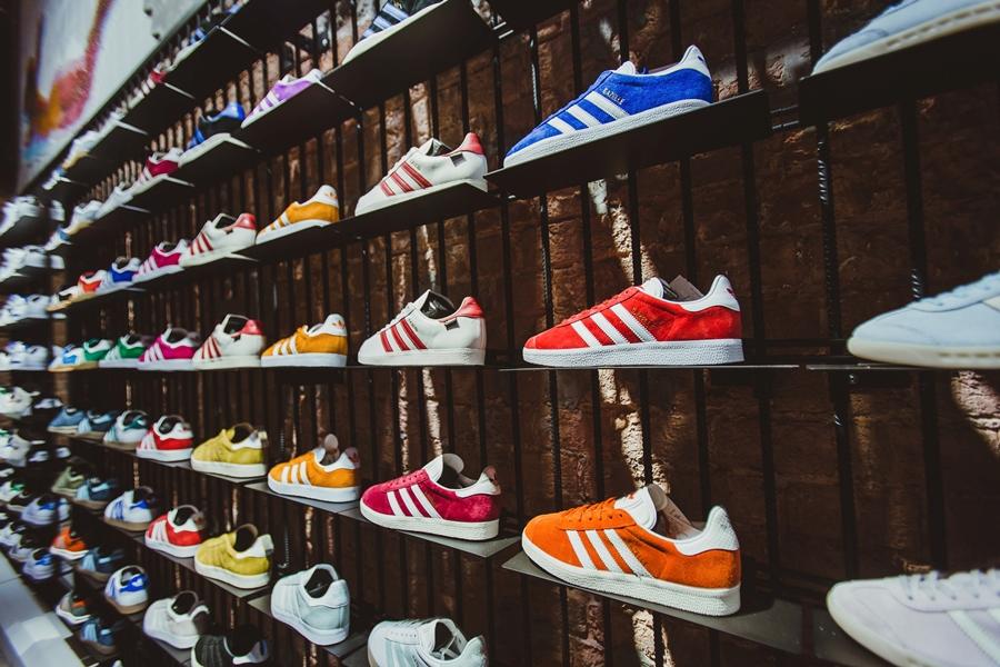 Интерьер магазина Adidas.png